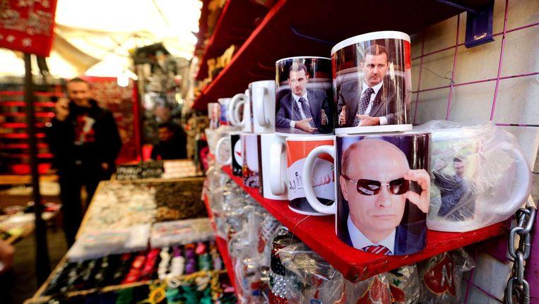 Een winkeltje in Damascus verkoopt mokken met een foto van Poetin of Assad. Beeld afp
