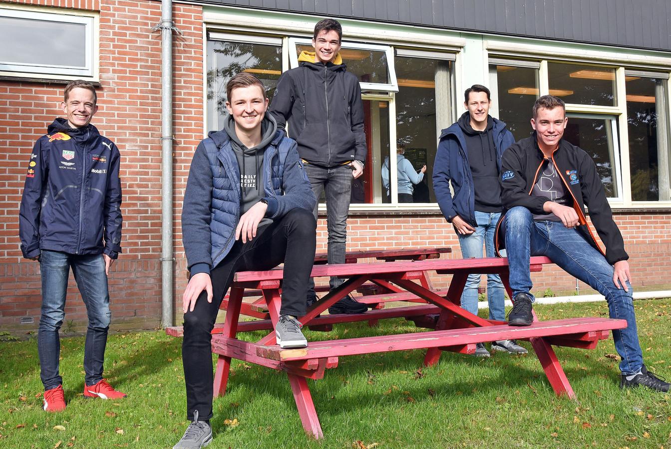 Leerlingen Niek, Lars, Leon, Karsten en Jarno (vlnr) van het Lodewijk College en Scalda zijn gek van autosport en willen een elektrische raceauto bouwen. Op de foto ontbreekt Lars Pieters, leerling van het Reynaertcollege in Hulst.
