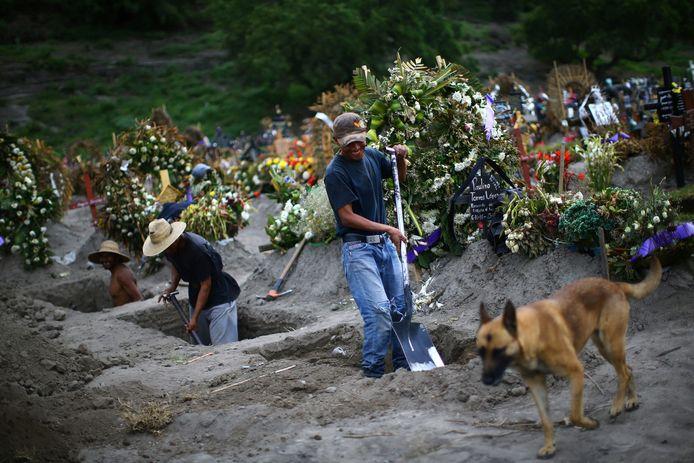 Op de begraafplaats Xico bij Mexico-Stad worden dagelijks nieuwe coronadoden begraven
