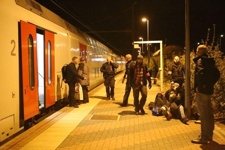 Transmigranten worden van de trein gehaald in Landen.