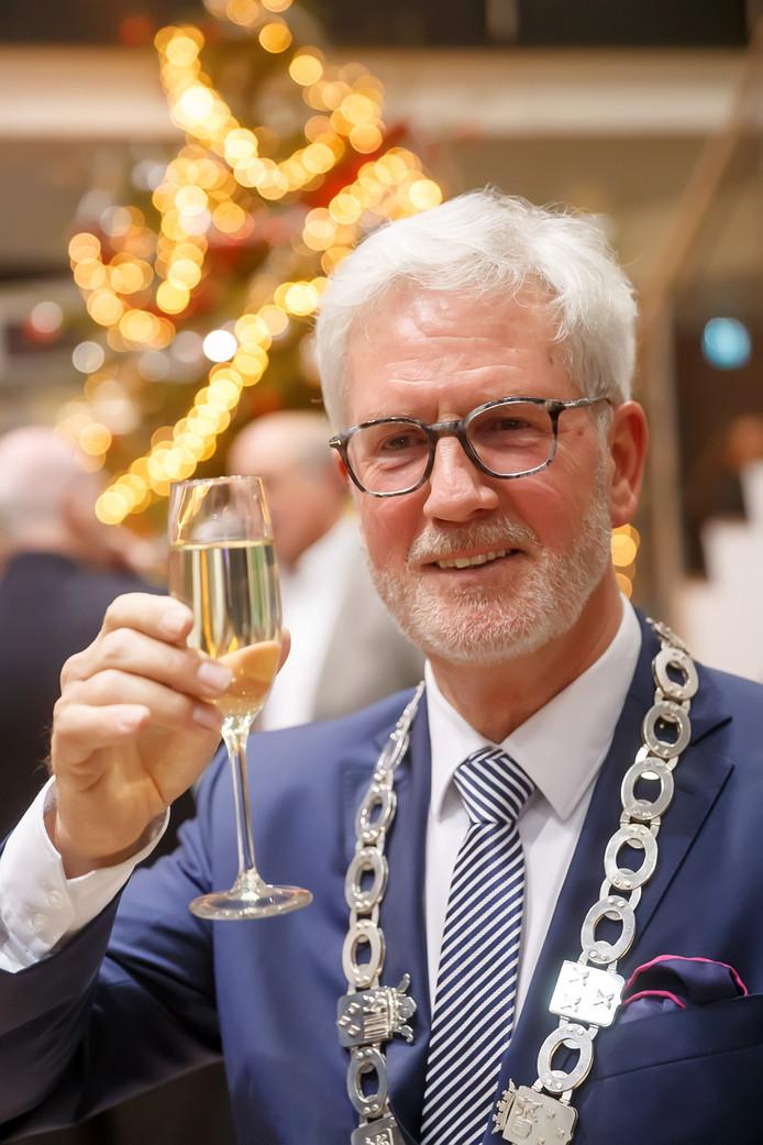 Burgemeester Jac Klijs proost op 2019 op de nieuwjaarsreceptie van de gemeente Moerdijk.