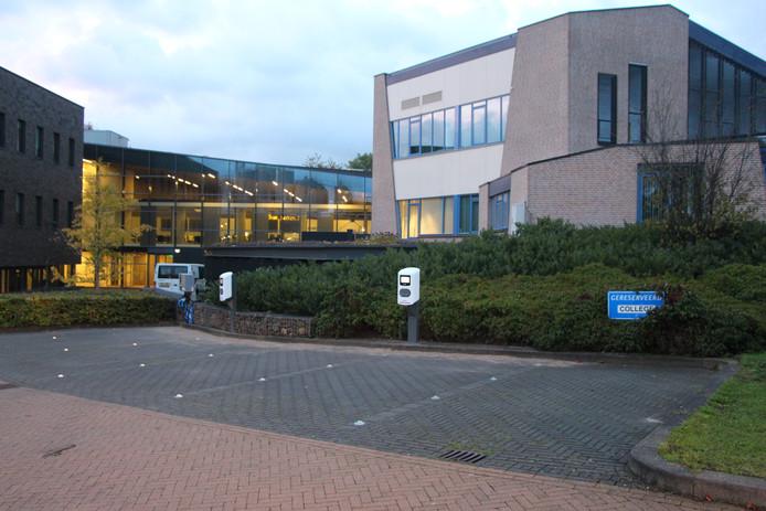 Bij het Berkellandse gemeentehuis in Borculo zijn vier extra oplaadpunten ingericht met daarnaast nog een snel-oplaadpunt.