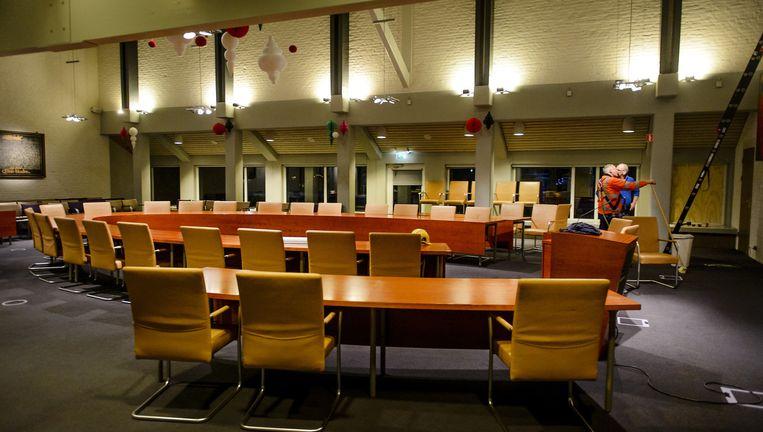 De raadszaal in Geldermalsen werd gisteravond ontruimd vanwege de rellen voor het gemeentenhuis. Beeld Anp