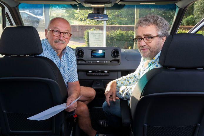 In Sint-Michielsgestel rijdt sinds een half jaar een boodschappenplusbus. Jos van Thiel houdt de routelijst in zijn hand. Rechts Paul van den Brand.