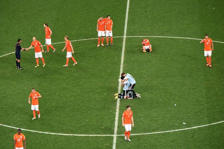10 juli 2014: Oranje baalt na de uitschakeling op het WK in Brazilië, de Argentijnen vieren feest.  Beeld AFP