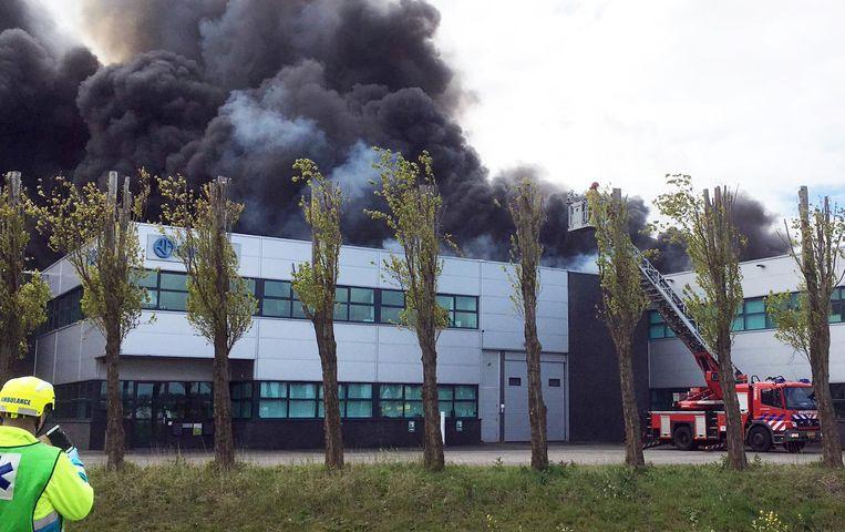 In het Westelijk Havengebied in Amsterdam was een grote brand uitgebroken. Zwarte rookpluimen waren boven de stad te zien Beeld anp