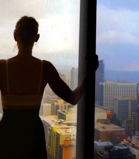 Céline Dion chante en soutien-gorge face à un arc-en-ciel