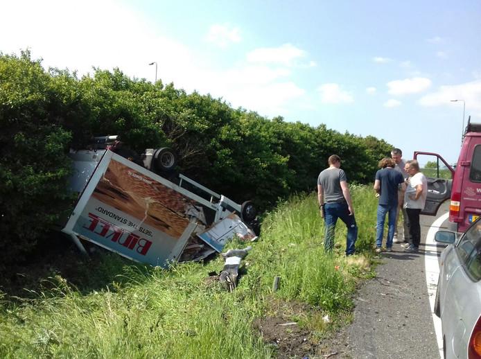 Het busje vloog van de weg in de bocht van de A15 naar de A27 bij Werkendam.