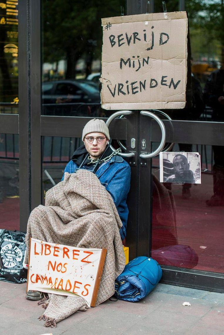 Mieriën Coppens, vastgeketend aan de deur van de Dienst Vreemdelingenzaken.