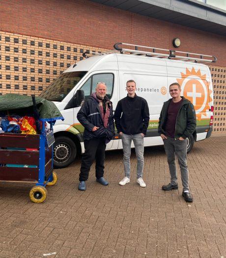 Michel en Gert-Jan bouwden een nieuwe bolderkar voor dakloze Shalom: 'Het is zo'n vriendelijke man'