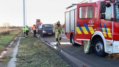 Brandweer rukt uit voor rokende wagen op E40