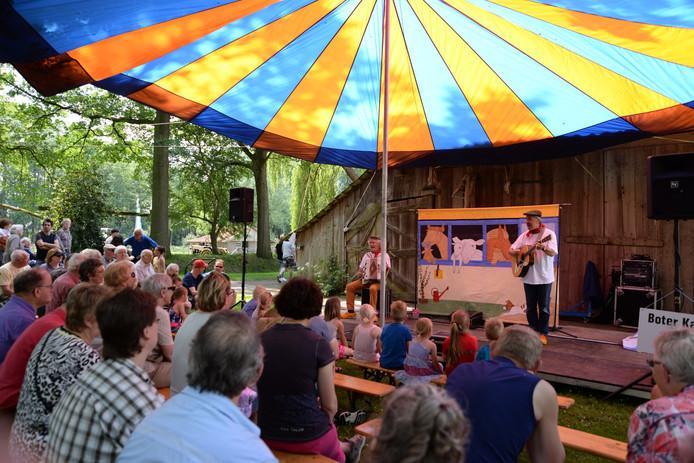 Muzikanten zingen liedjes in het dialect uit het grensgebied van de Achterhoek en het Westmünsterland.