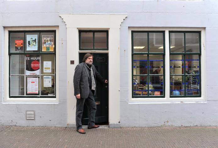 Kris van Wezel in de deuropening van Stichting Droom.