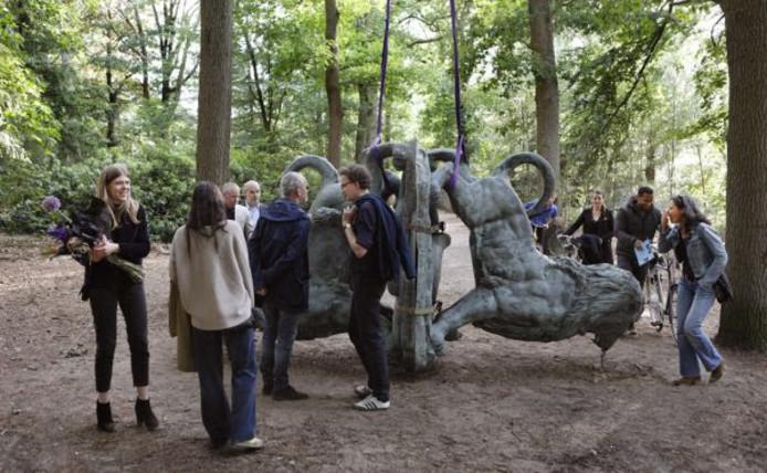 Publiek bij Hybrids zien het werk 'In festen Händen' van Rahphaela Vogels.
