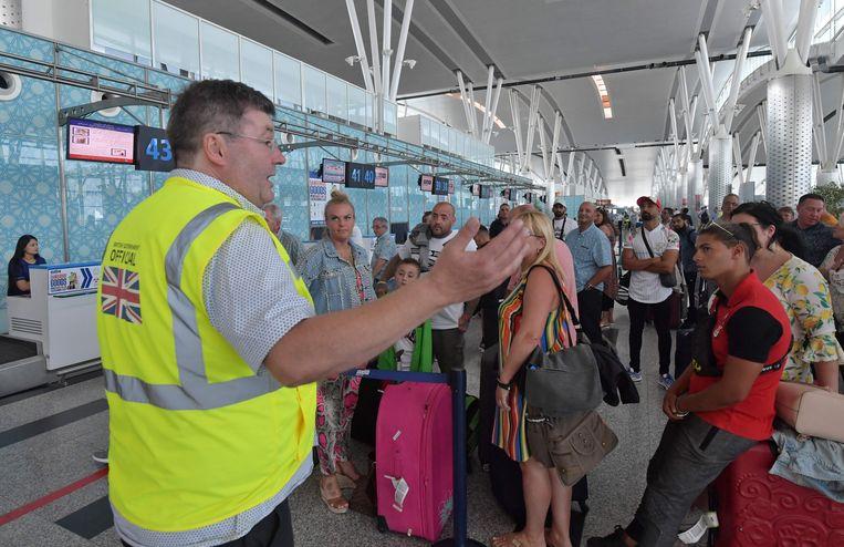 Gedupeerde Britse toeristen op de luchthaven van Enfidha (Tunesië).  Beeld null