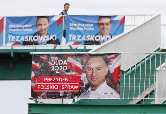 De beide kandidaten op verkiezingsposters in Warschau.