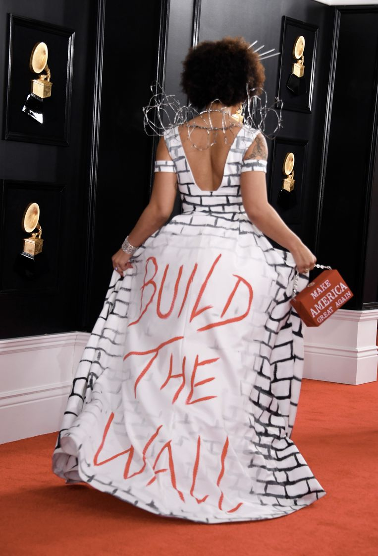 """Op de jurk van Joy Villa staat te lezen: """"Build the Wall"""", 'bouw de muur'."""