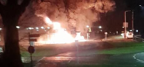 Veel stank en rook bij brand in Blokzijl: caravans vol autobanden fikken uit