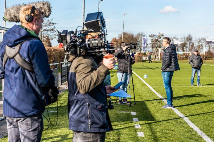 Voorzitter Amateurvoetbal van de KNVB, Jan Dirk van der Zee, op bezoek bij Hazerswoudse Boys in februari 2019.