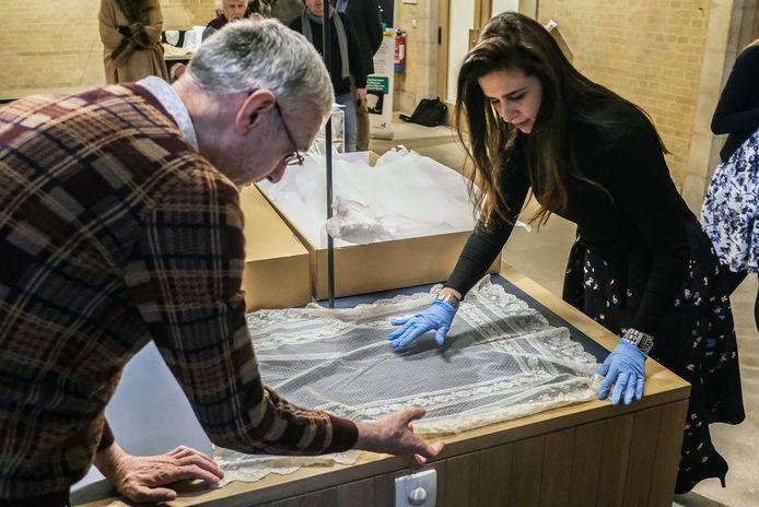 Jan Dewilde en Sandrin Coorevits, beiden van het Yper Museum, behandelen de gekregen stukken met veel zorg.