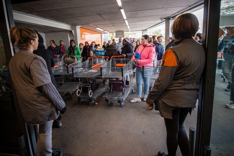 Een grote toevloed van klanten aan de Colruyt in Vorst, zo'n tien dagen geleden.