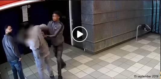 De mishandeling in de hal van de Arnhemse flat vastgelegd door een beveiligingscamera.