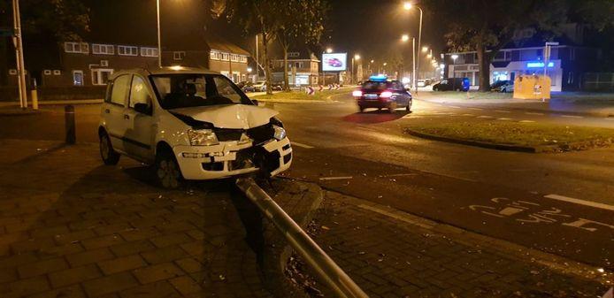 Flinke schade aan een auto na een ongeluk op de Laaressingel in Enschede. De bestuurder is gevlucht.