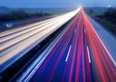 Forenzen en vrachtwagenchauffeurs rijden op een snelweg in de buurt van Frankfurt Duitsland. Foto: Michael Probst