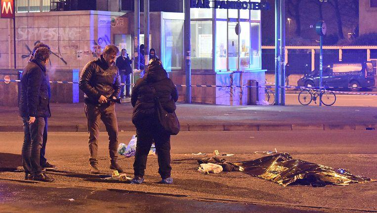 Het lichaam van Anis Amri, de verdachte van de terreuraanslag in Berlijn. De Tunesiër werd afgelopen nacht gedood door de Italiaanse politie in een voorstad van Milaan. Beeld AFP