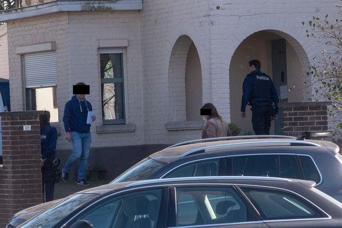 Speurders namen spullen in beslag bij een huiszoeking in de woning van Rolande VR, verdachte van de moord op haar partner Jean Vercarre in Wetteren.