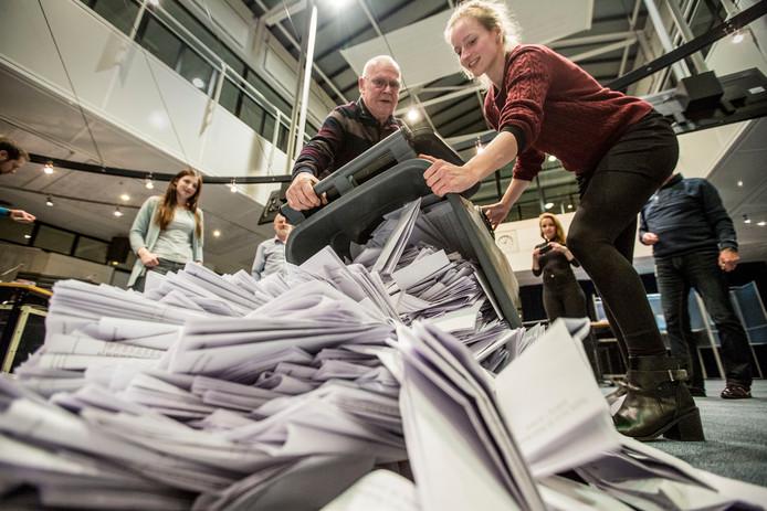 Stemmen tellen op het stadhuis in Apeldoorn.