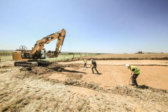 in Nieuwkerke is archeologisch onderzoek begonnen op de plek waar er een nieuwe weg naar het bedrijf Clarebout komt.