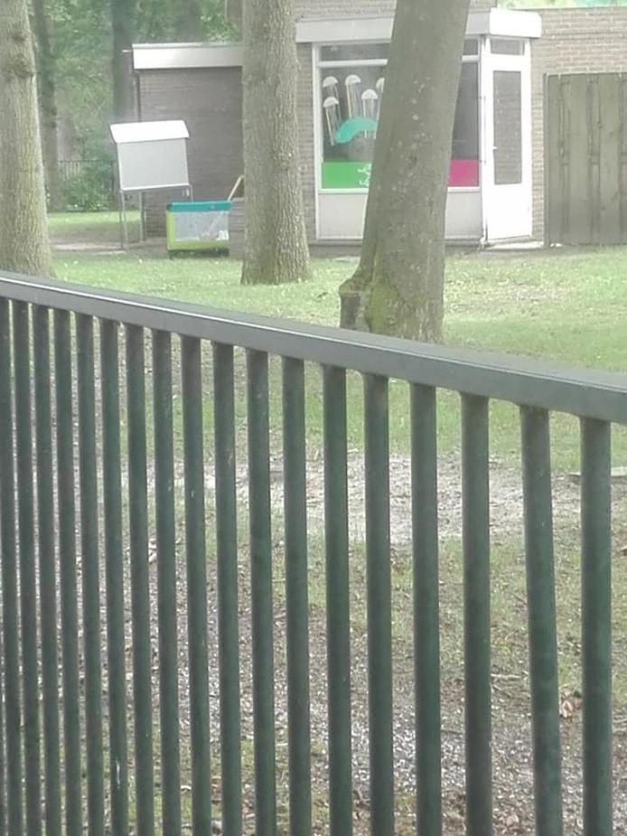 Het ledikant dat buiten stond bij Sam&ko Kinderopvang Sam&zaza Deventer Colmschaten buiten slapen