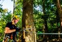 Ceylan van Bree controleert de materialen in het klimbos. Hij komt uit het reguliere stagetraject van Fun Forest.