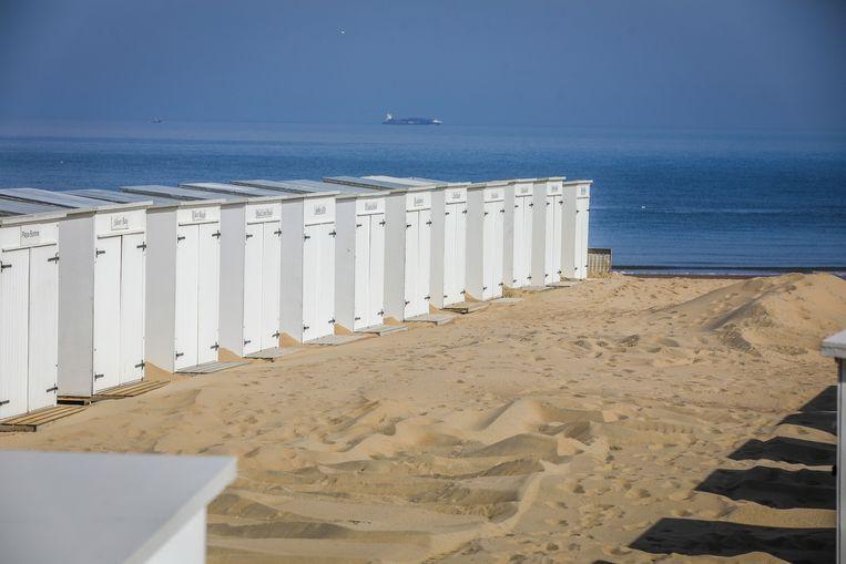 de strandbars in Knokke nemen veiligheidsmaatregelen om open te kunnen gaan, maar de dijk blijft momenteel nog leeg