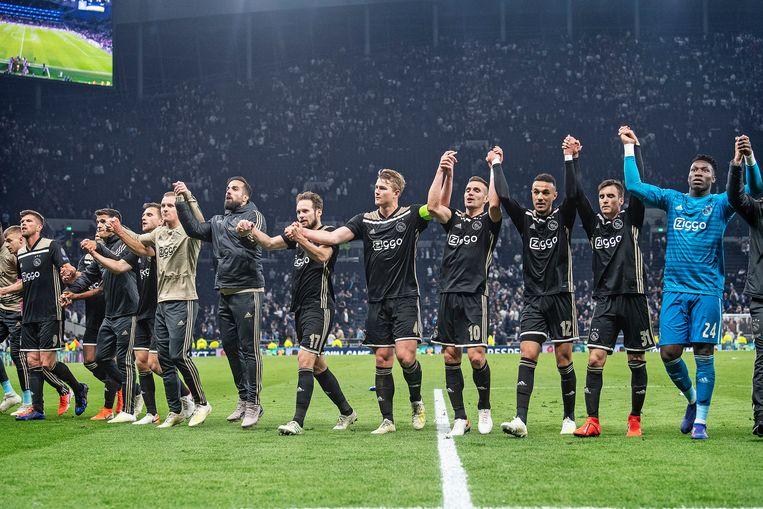 Ajax viert de overwinning op Tottenham Hotspur. Beeld Guus Dubbelman