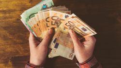 Jongeren zetten helft van hun geld op spaarboekje