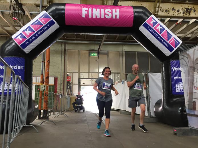 Sanne Muller en Bart Latijnhouwers finishen na hun 5 km Kermisrun