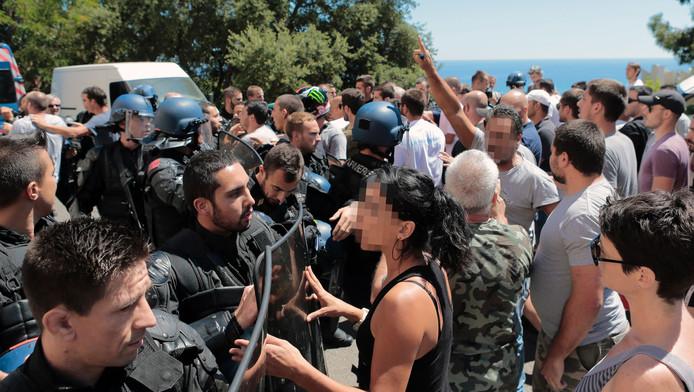 Op Corsica is het onrustig nadat twee groepen met elkaar ruzie kregen over een gemaakte foto.