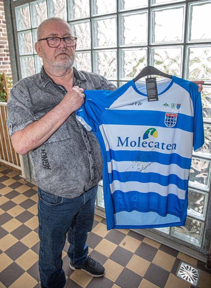 Als materiaalman was Hennie Bosch 25 jaar aan PEC Zwolle verbonden en bleef als supporter trouw wedstrijden en trainingen bezoeken. Maar hij voelt zich nu in de kou gezet, en verlengt zijn seizoenskaart niet.
