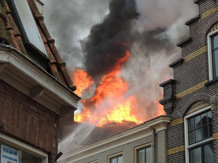 Grote uitslaande brand legt Cafe De Rechter in de as. Lezersfoto Jacob Slot