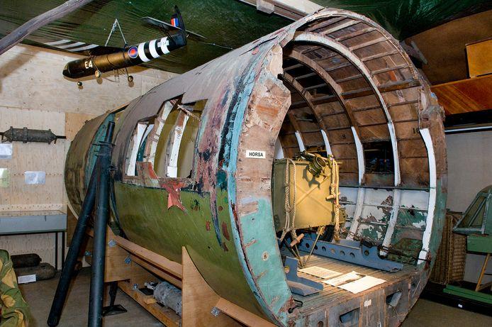Beeld van de expositie van gliders in de loods op Camping Lindenhof in Wolfheze.