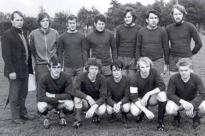 Een ploegfoto uit de beginjaren van FC Flora.