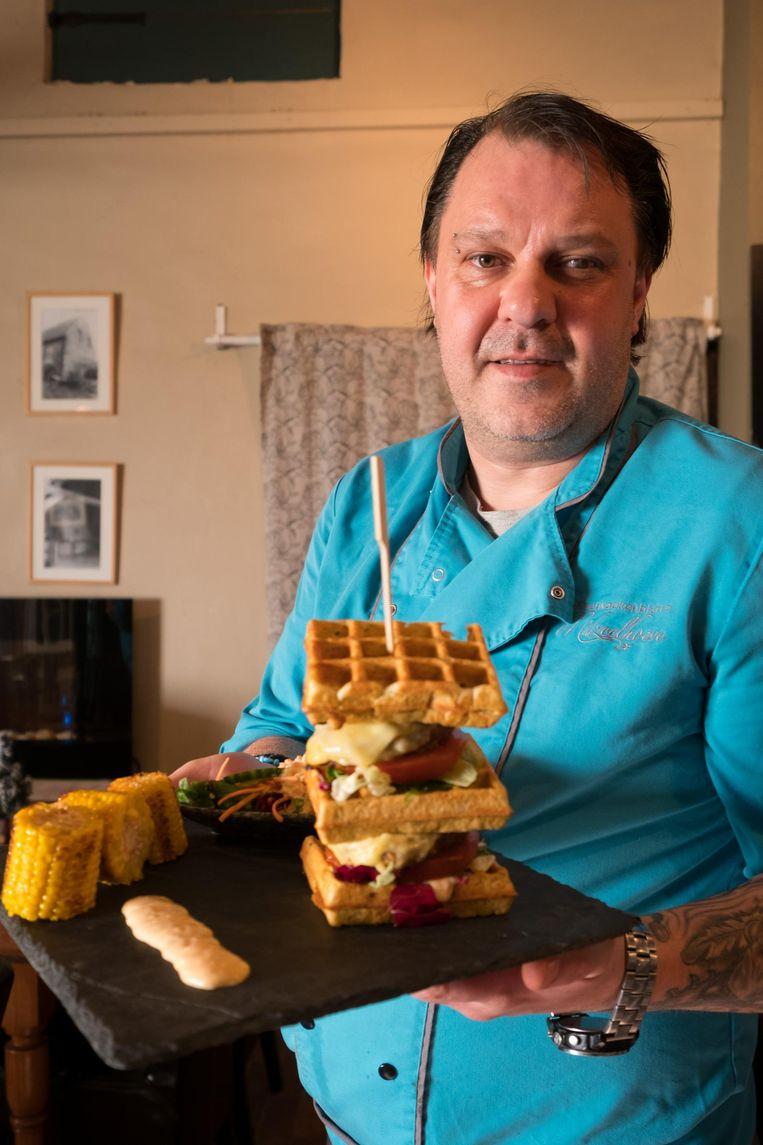 Mario De Middelaer met zijn wafelburger.
