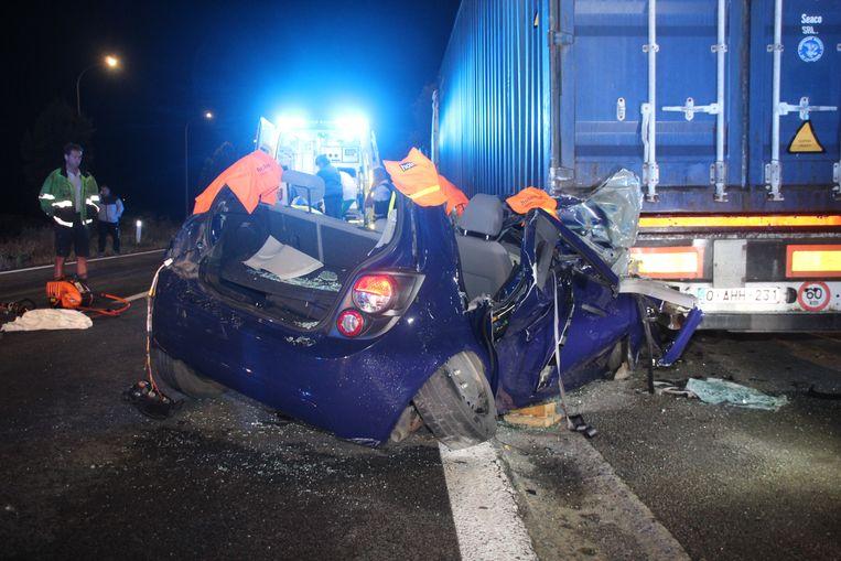 De auto werd opengeknipt om de bestuurder te bevrijden.
