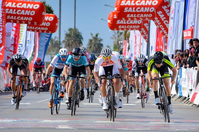 Bas van der Kooij sprint naar de zege.