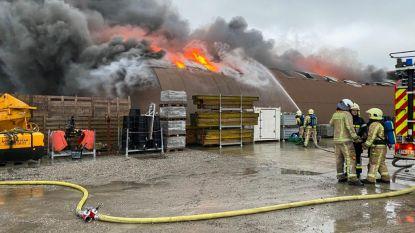 Uitslaande brand vernielt loods bouwbedrijf: dorpsschooltje ontruimd