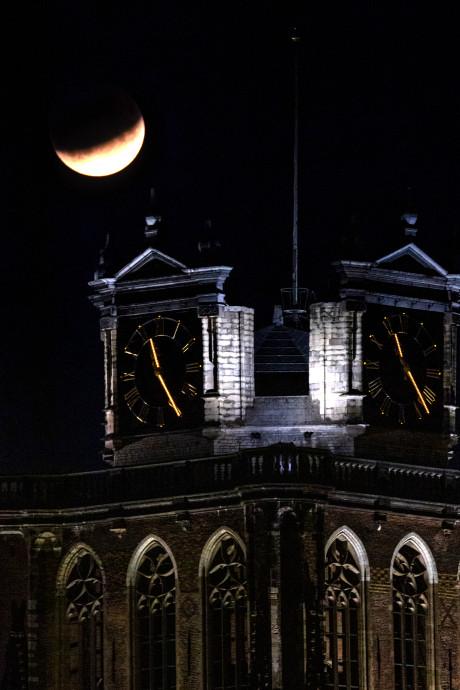 Gedeeltelijke maansverduistering goed te zien boven Dordrecht