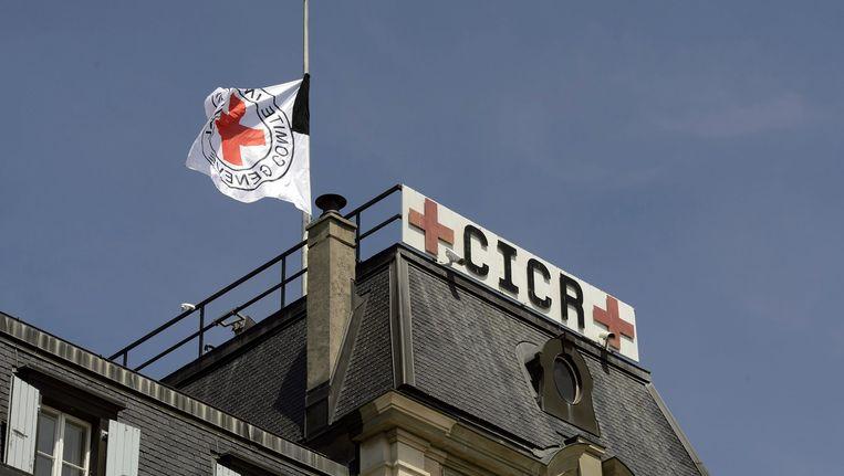 De vlag hangt halfstok bij het Rode Kruis. Beeld epa