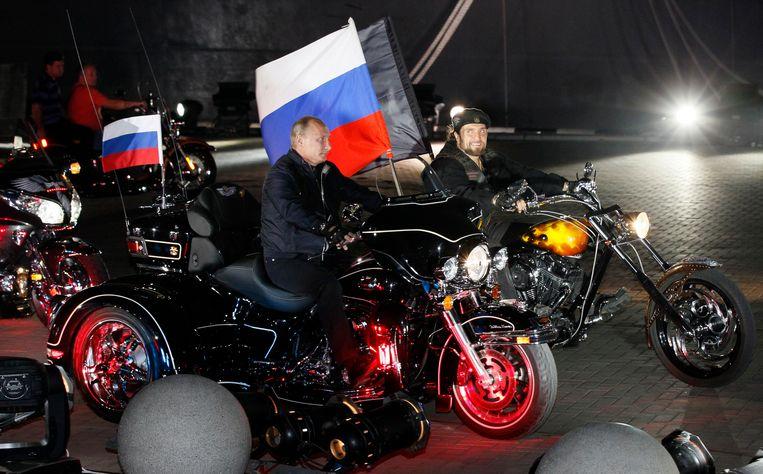 In 2011 reed Poetin een blokje mee met de Nachtwolven tijdens een motorrijdersfestival in de Zuid-Russische stad Novorossiisk. Beeld AP